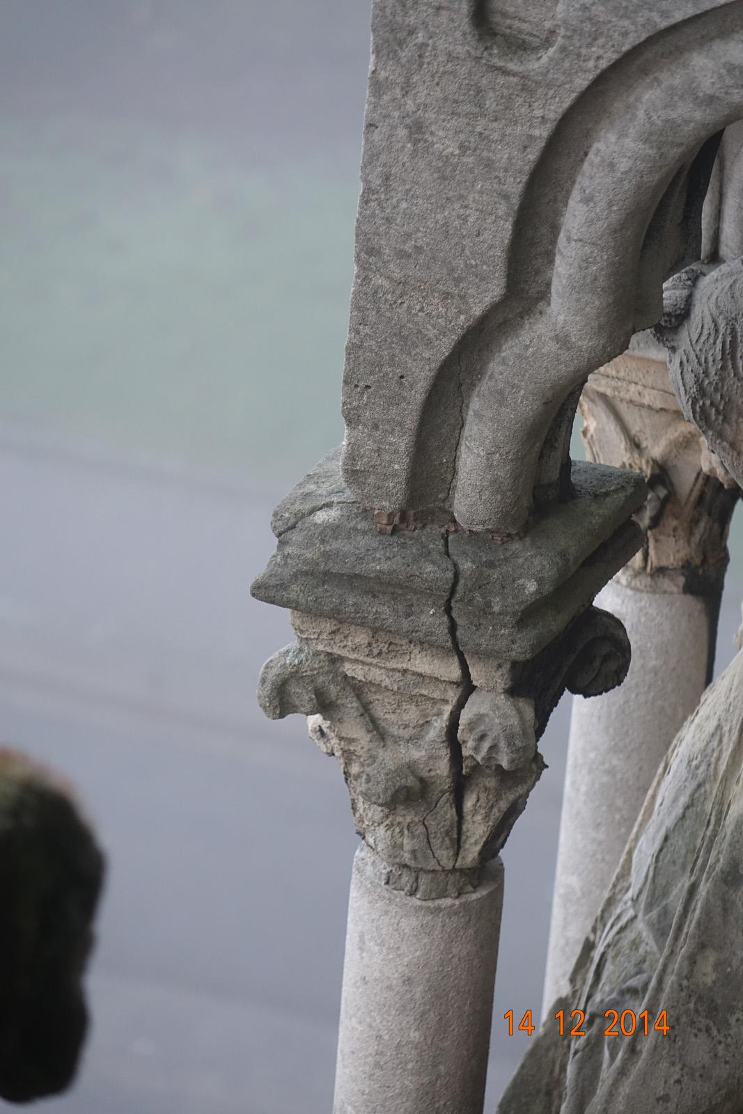 Chapiteau de colonne fendu – galerie portail ouest