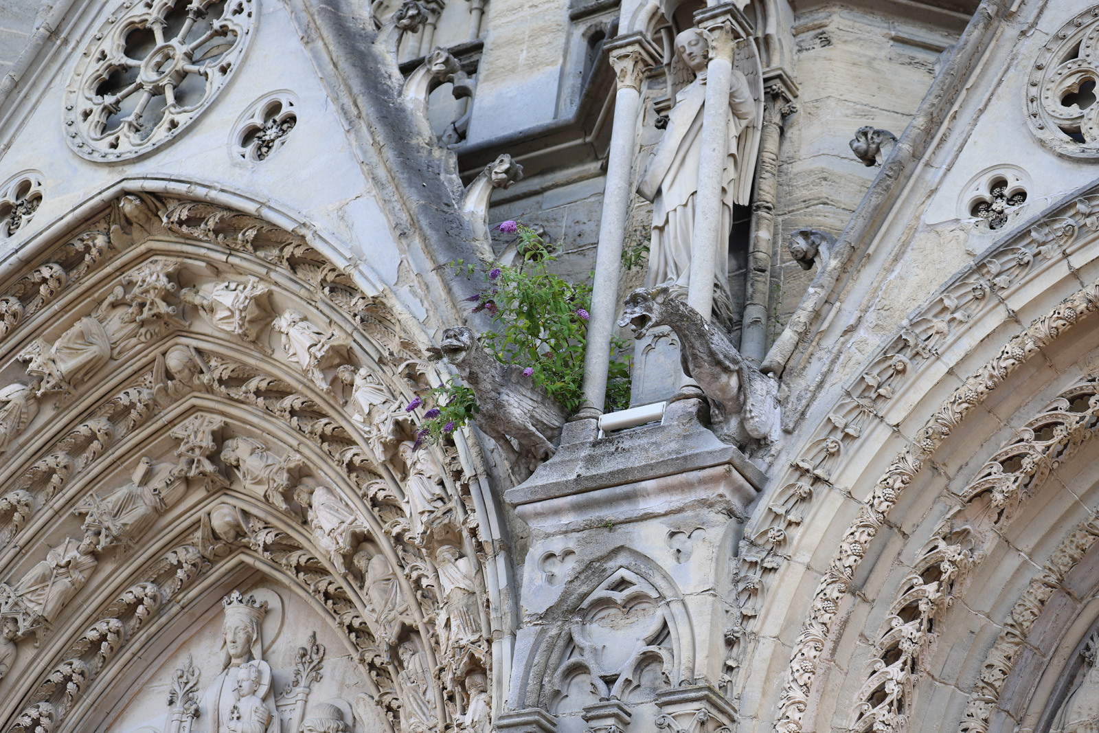 Désagrégation de la pierre sur le fronton du portail de l'angle Sud-est