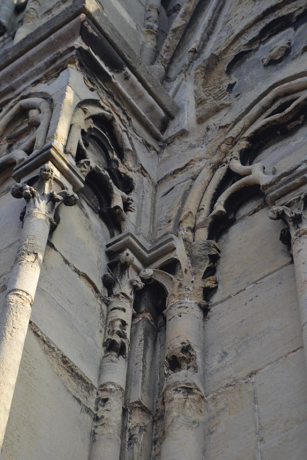 Alvéolisation de la pierre de la colonne sous l'action de l'eau