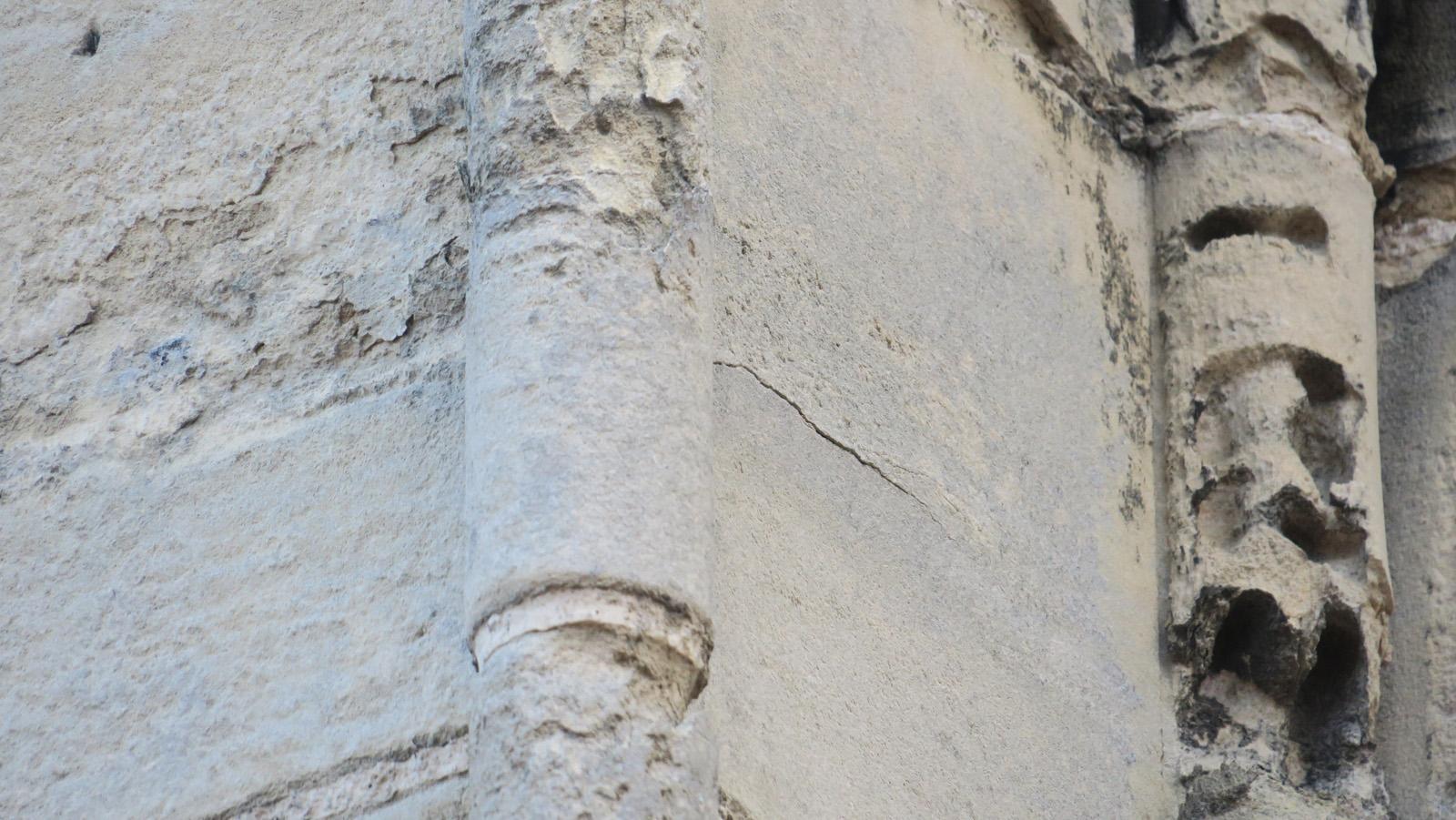 Détail de l'alvéolisation de la pierre sur la colonne sous l'action de l'eau