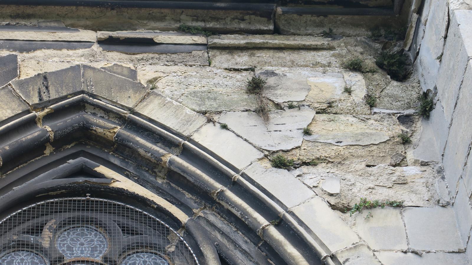 Desquamation de la pierre de façade sous l'action de l'eau et de la pollution