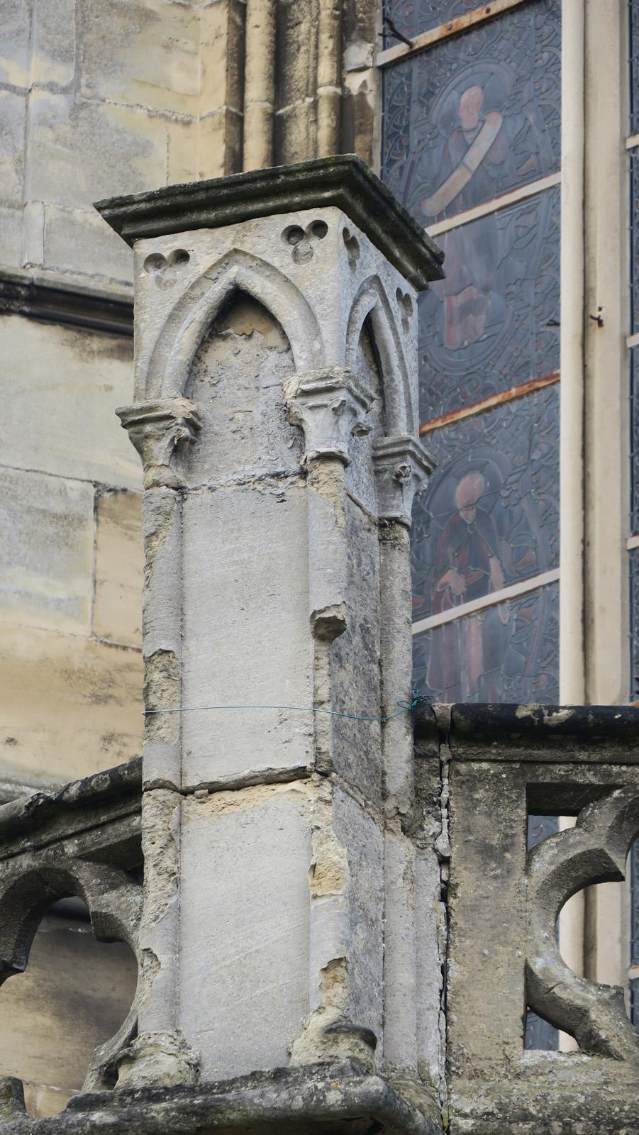 Destruction de la pierre de la colonne sous l'action de l'eau et de la pollution – extérieur de la sacristie