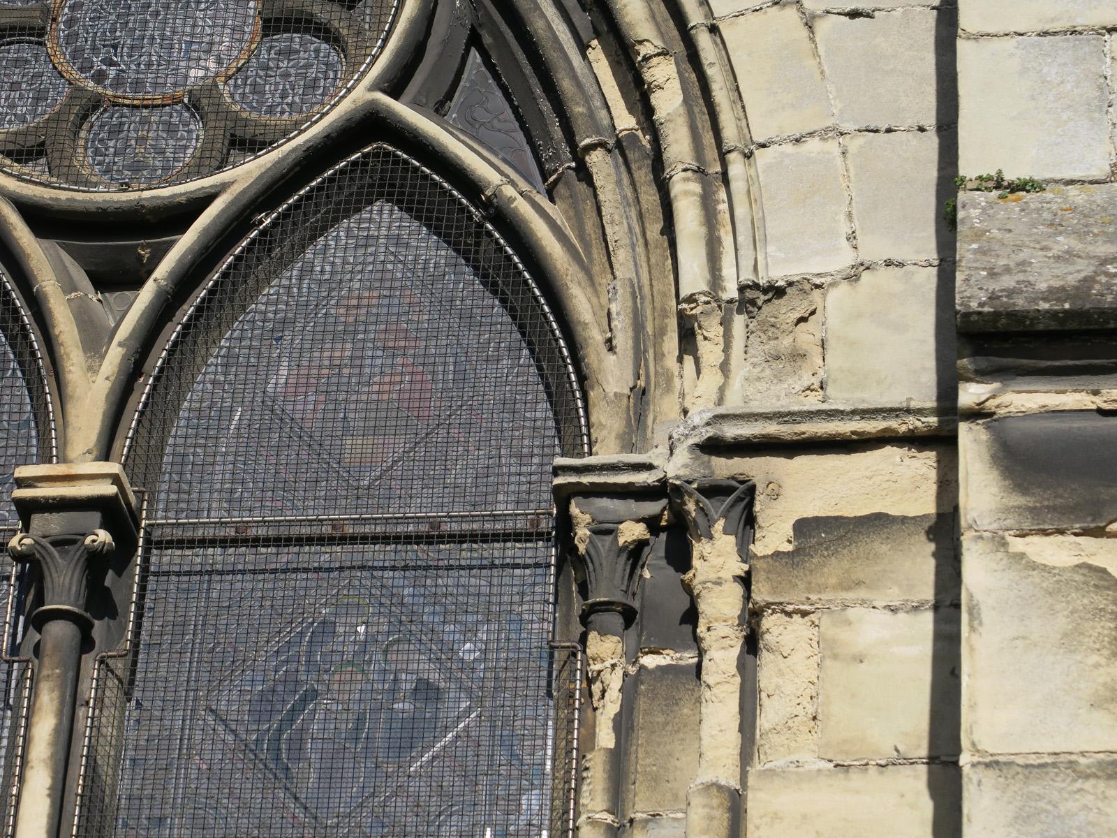 Pulvérulence de la pierre sur fenêtre – façade Sud