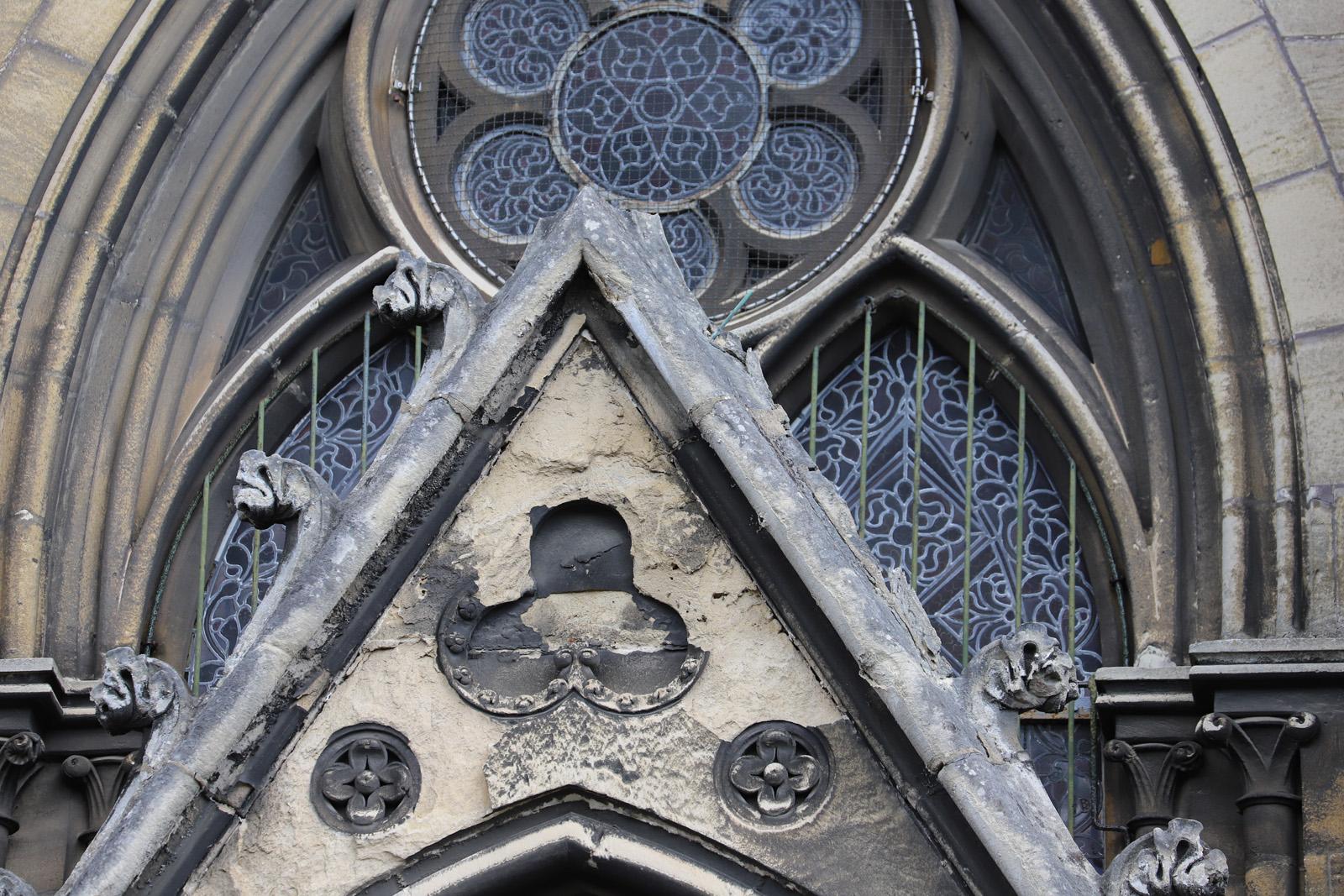 Dégradation de la pierre du gâble triangulaire – Petit portail sud