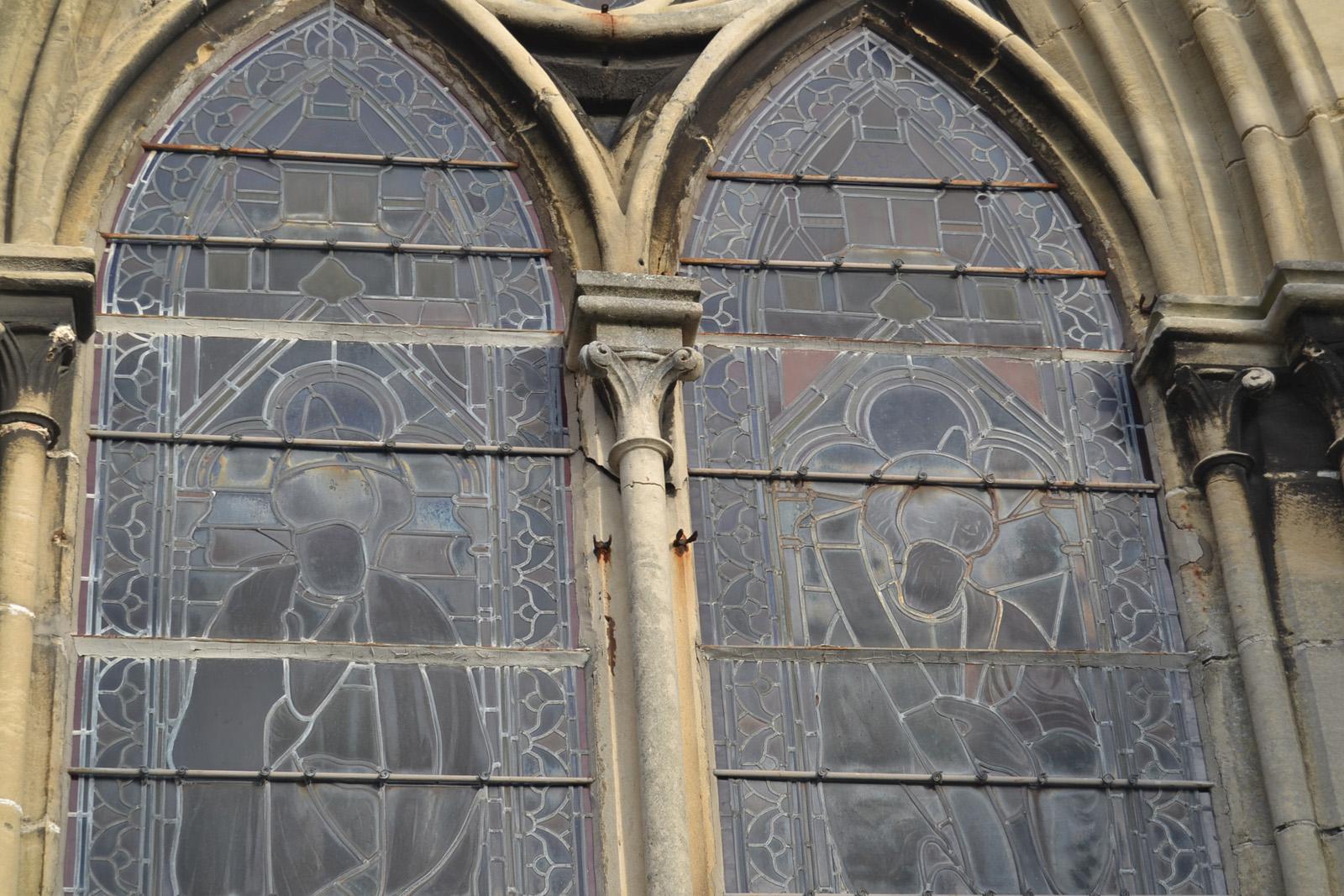 Meneau de lancette sur vitrail façade sud fendu en partie haute