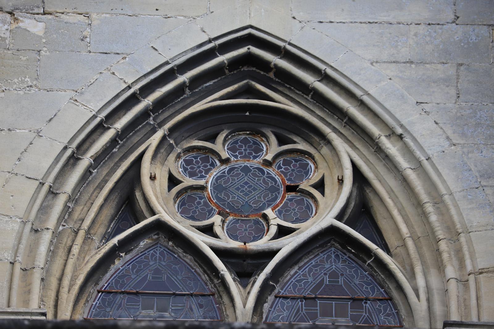 Encadrement en pierre manquant sur la rosace au-dessus du vitrail - façade sud