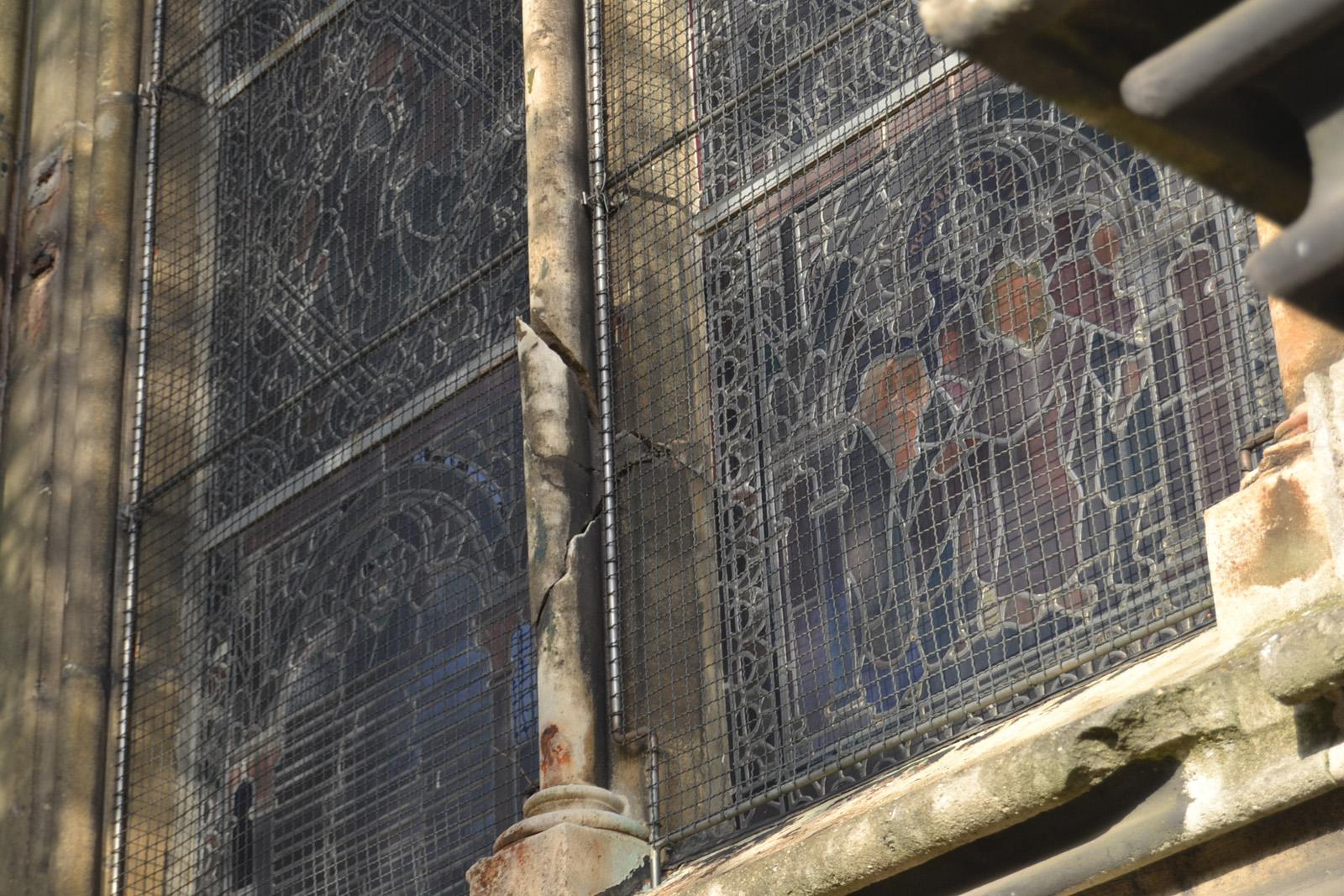 Meneau de lancette sur vitrail façade sud cassé en partie basse