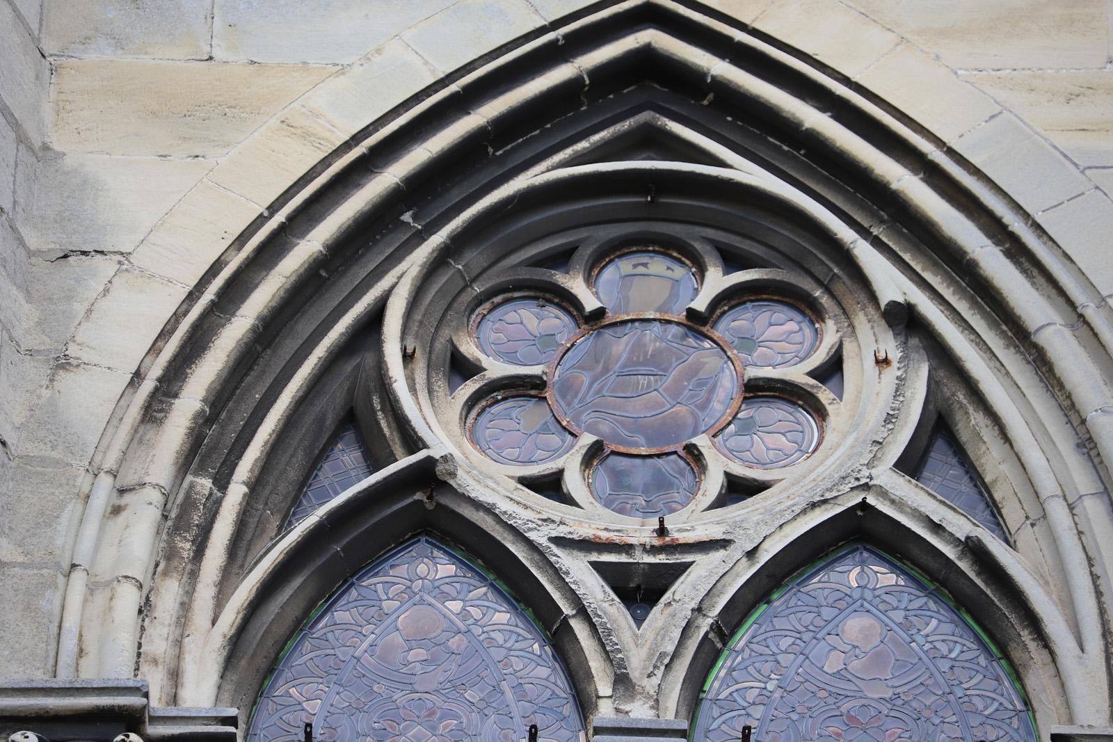 Moulure circulaire en pierre manquant sur la rosace, au-dessus du vitrail - façade sud