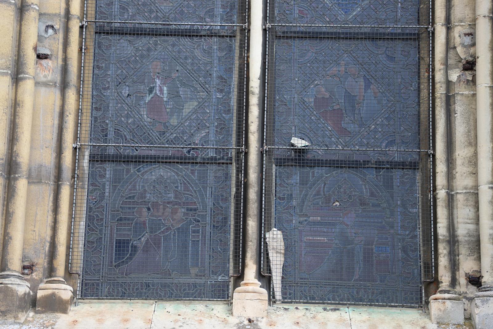 Vitrail cassé par chute de pierre - façade sud