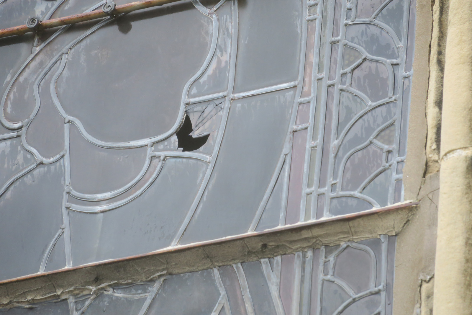 Exemple de trou dans vitrail - façade sud
