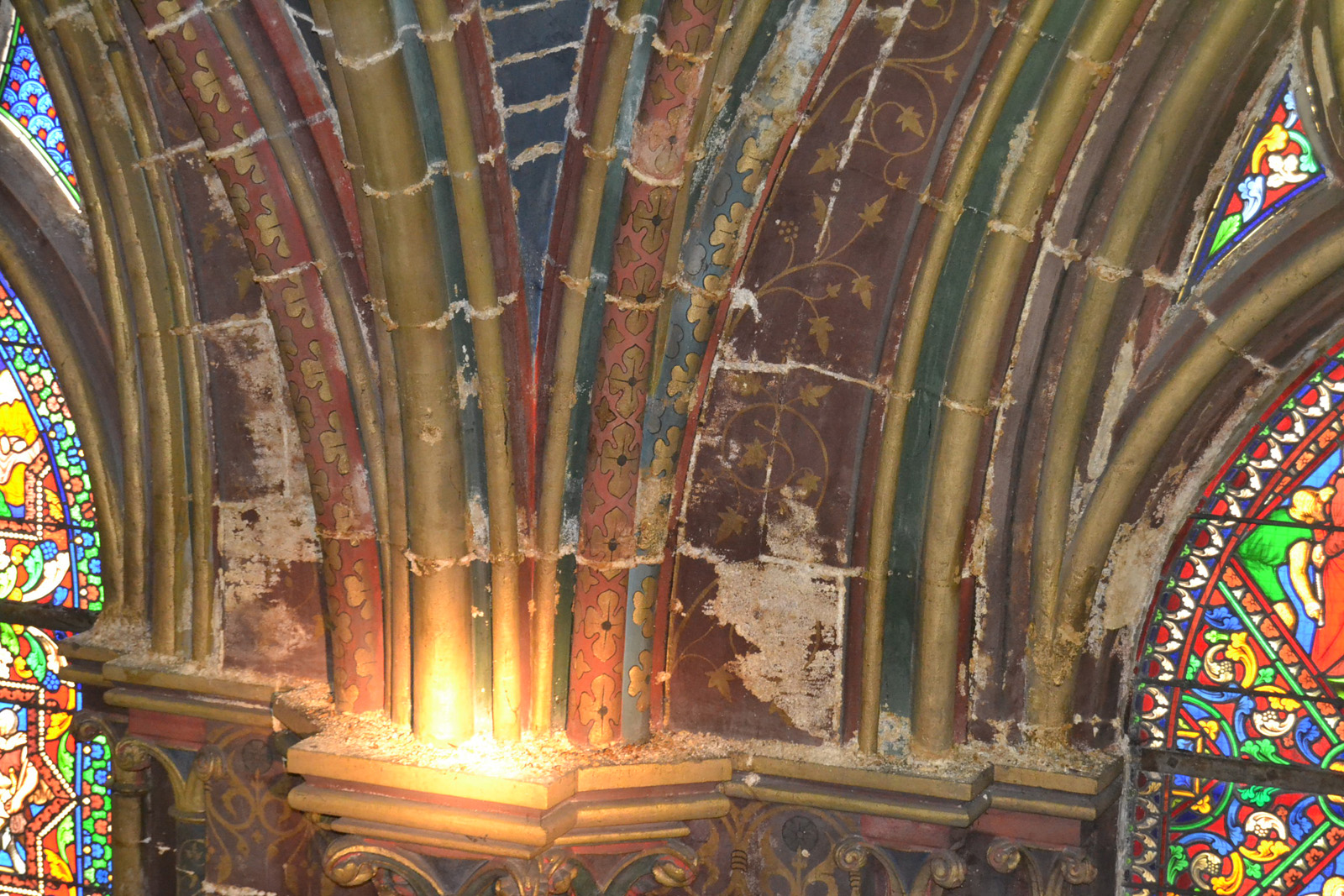 Salpêtre produit par l'humidité, sur le mur de la nef latérale sud