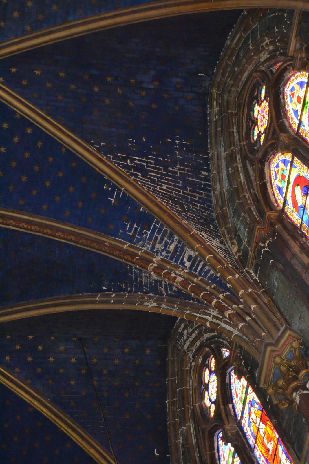 Dégradation de la voûte par le salpêtre infiltrant les joints des briques - nef principale
