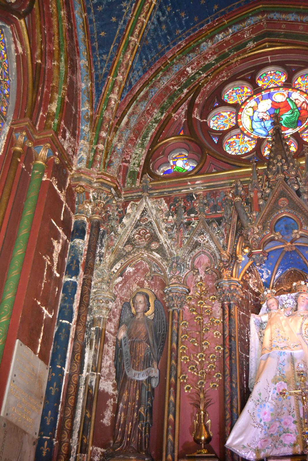 Salpêtre apparaissant sur le mur de la chapelle de la Vierge