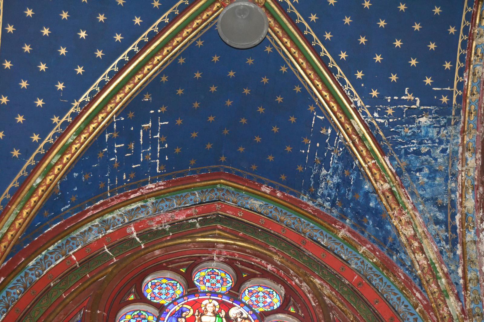 Salpêtre apparaissant sur voûte nef latérale - côté chapelle de la Vierge