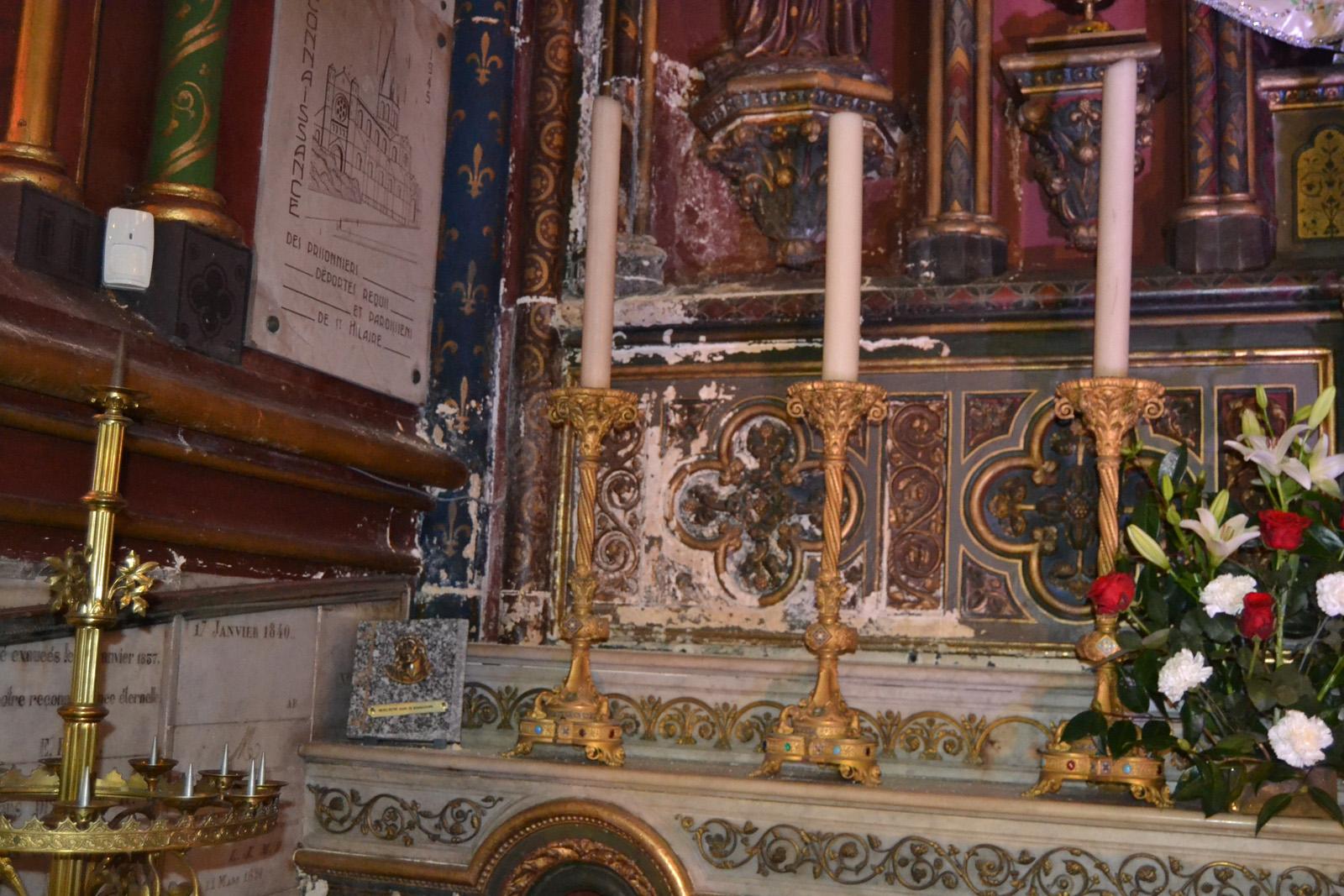 Salpêtre apparaissant sur l'autel de la Vierge