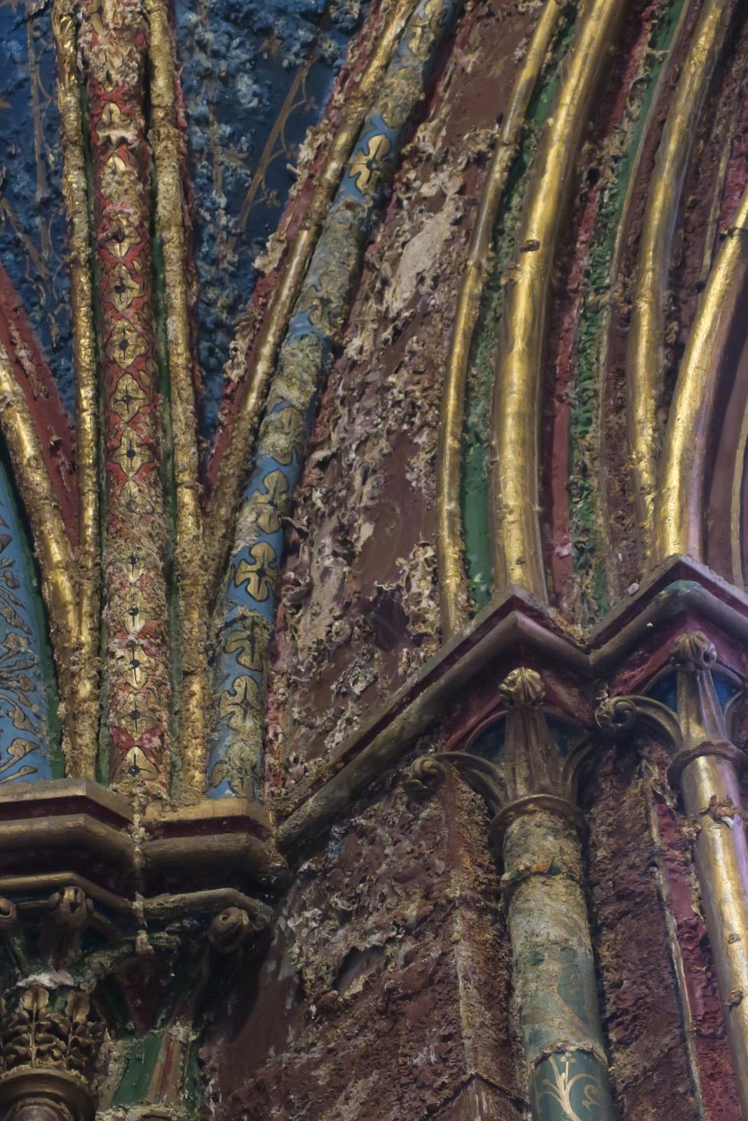 Salpêtre apparaissant sur les arcs cintrés au-dessus de l'autel de St Joseph