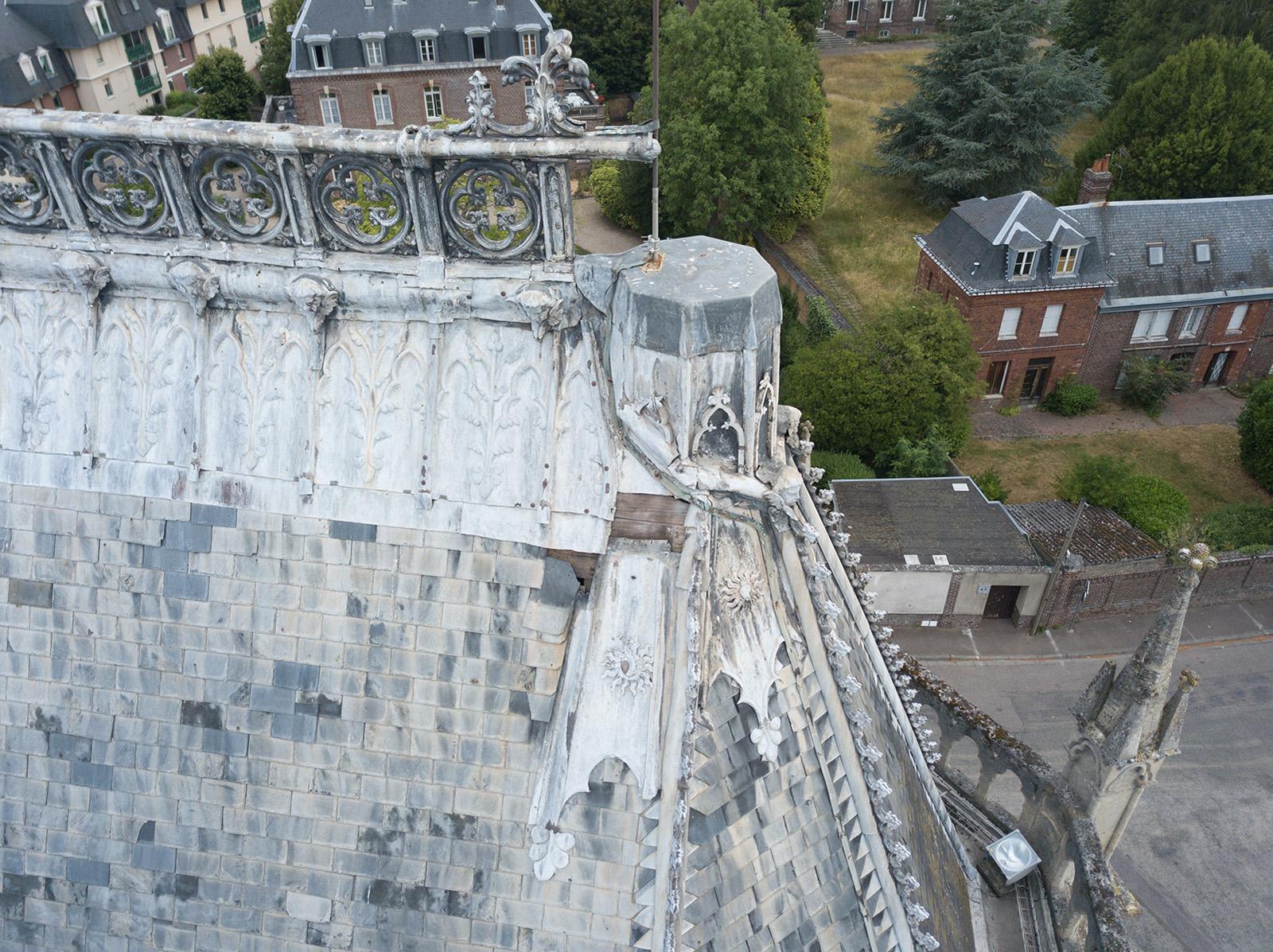 Faitage zinc de la toiture ardoise manquant sous le socle de la statue de Notre Dame