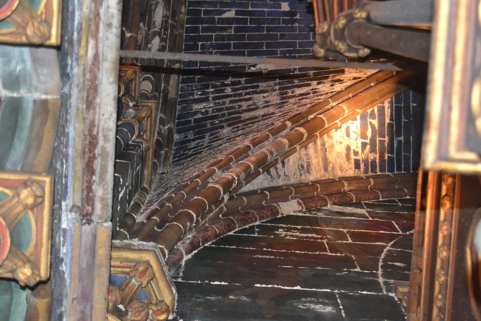 Salpêtre sur voûte à côté de l'orgue - nef latérale sud