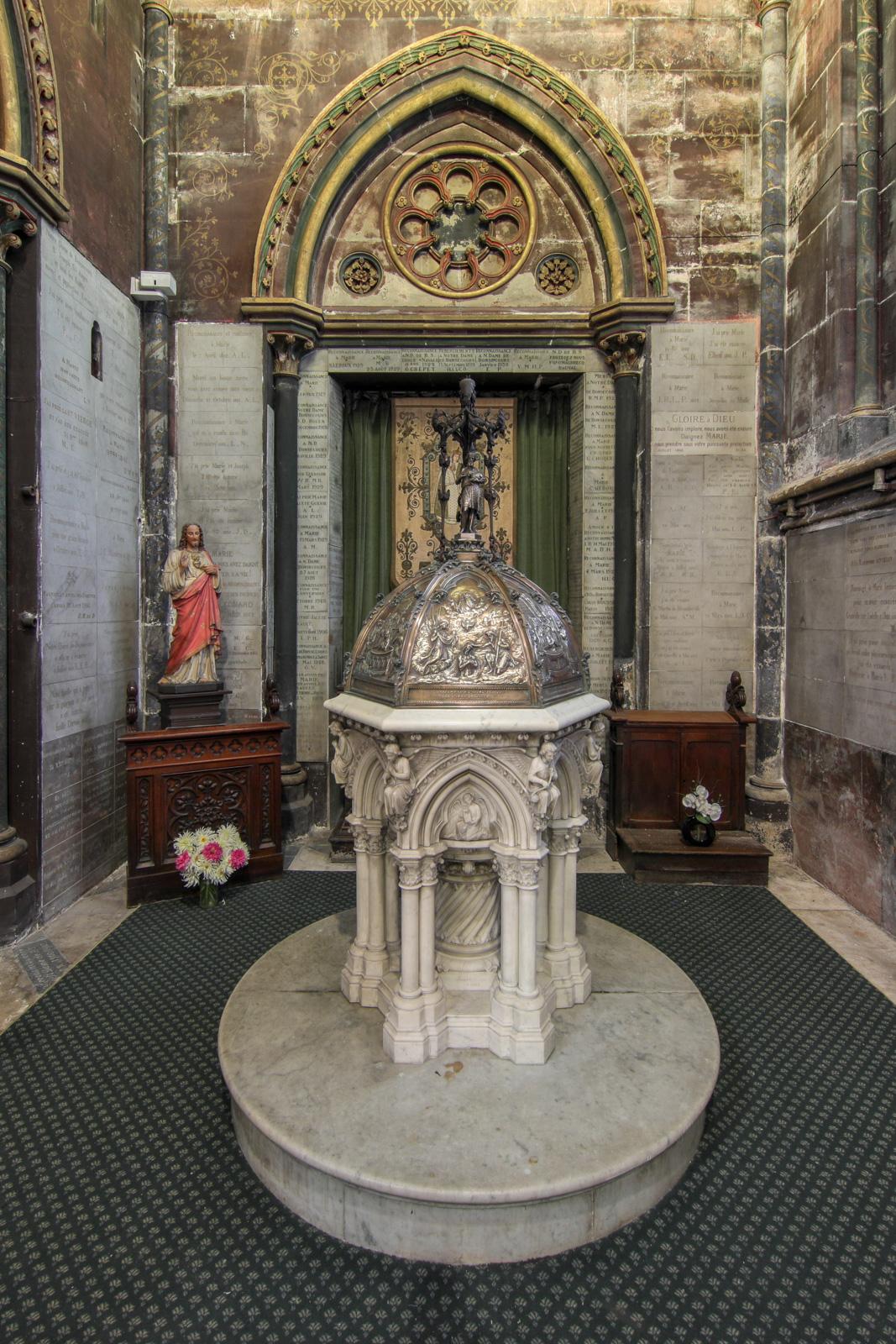 Baptistère en marbre avec son couvercle en cuivre (oeuvre du sculpteur Ferdinand Marrou)
