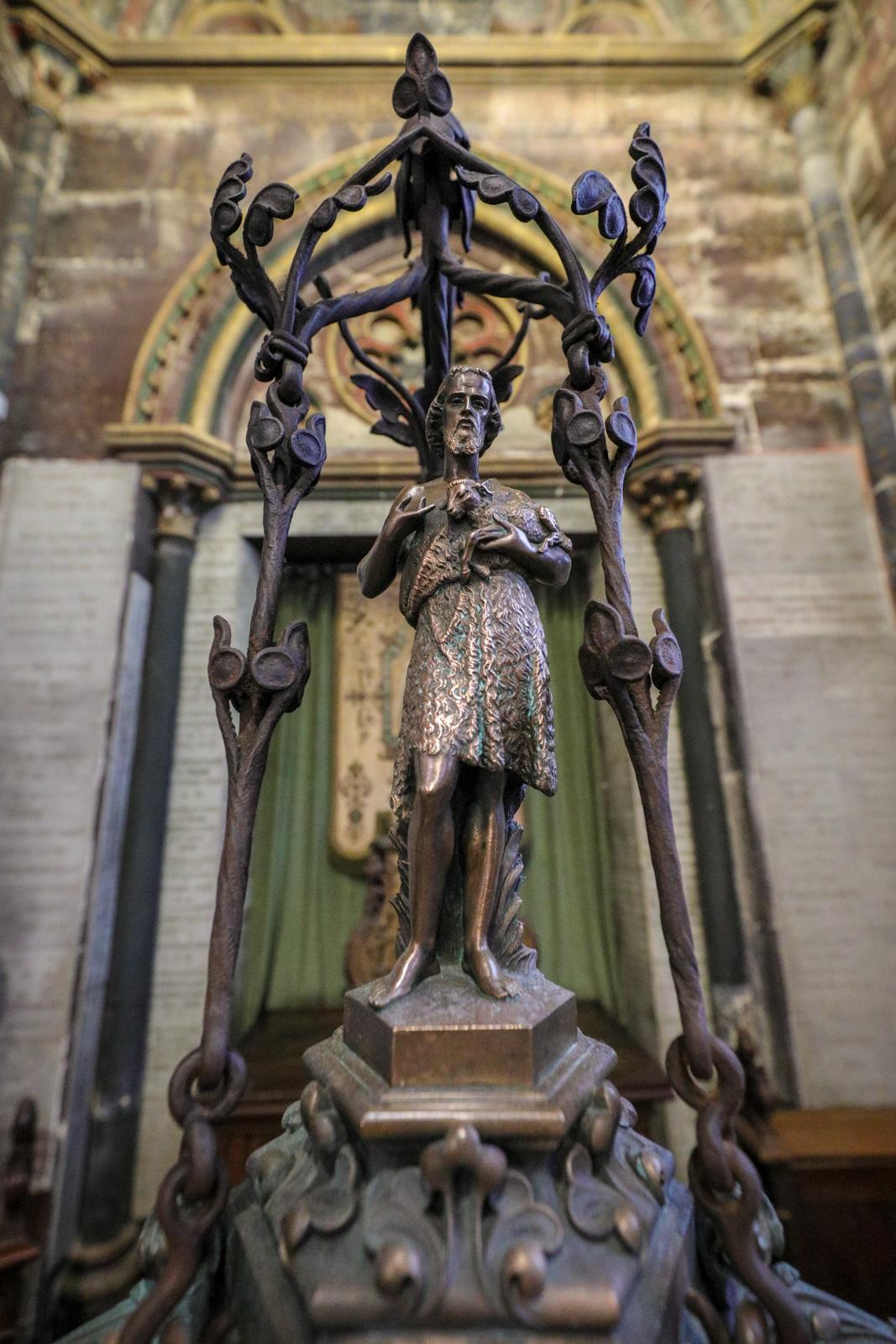 Statuette de saint Jean-Baptiste sur le couvercle du baptistère