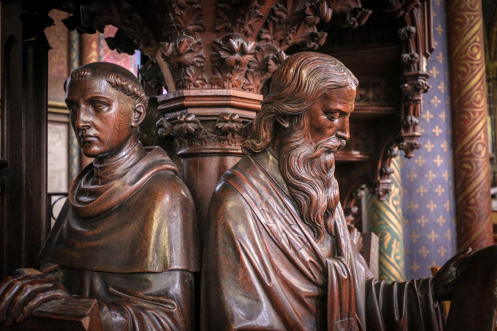 Visages de saint Thomas d'Aquin (à gauche) et saint Irénée de Lyon (à droite)