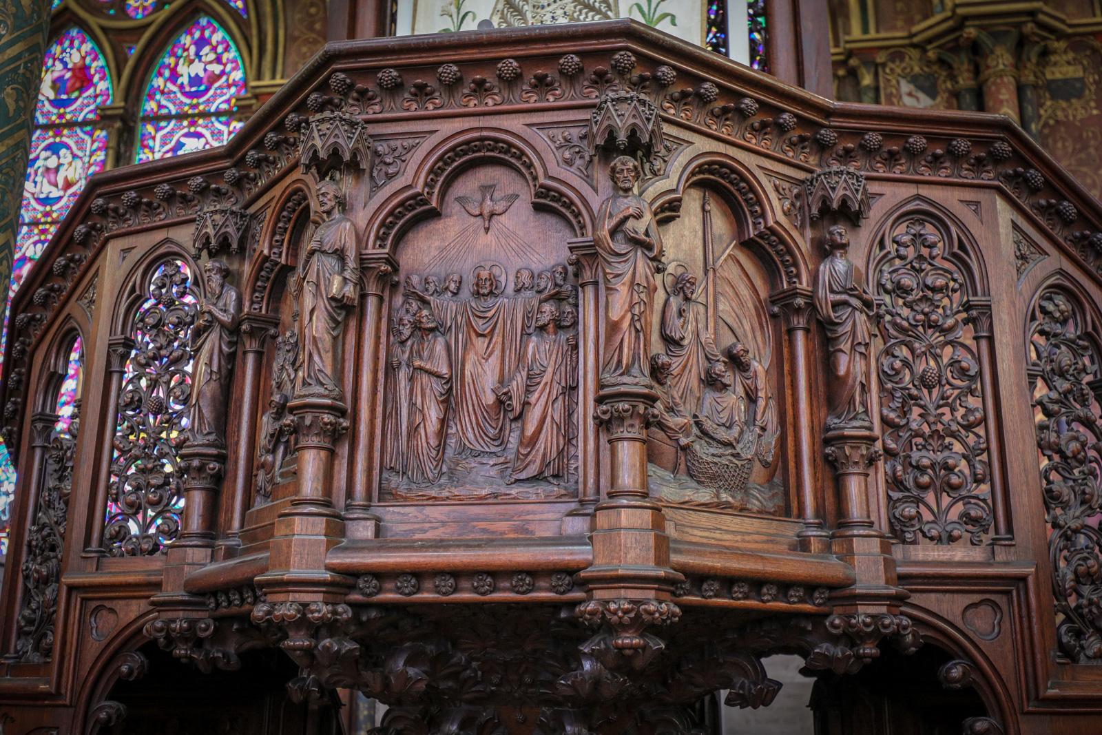 Bas-relief sur la chaire « Jésus envoyant ses apôtres au monde entier »