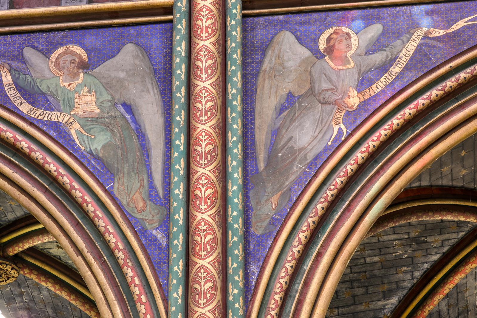 Litanies portées par les anges au-dessus des arcs de la nef centrale