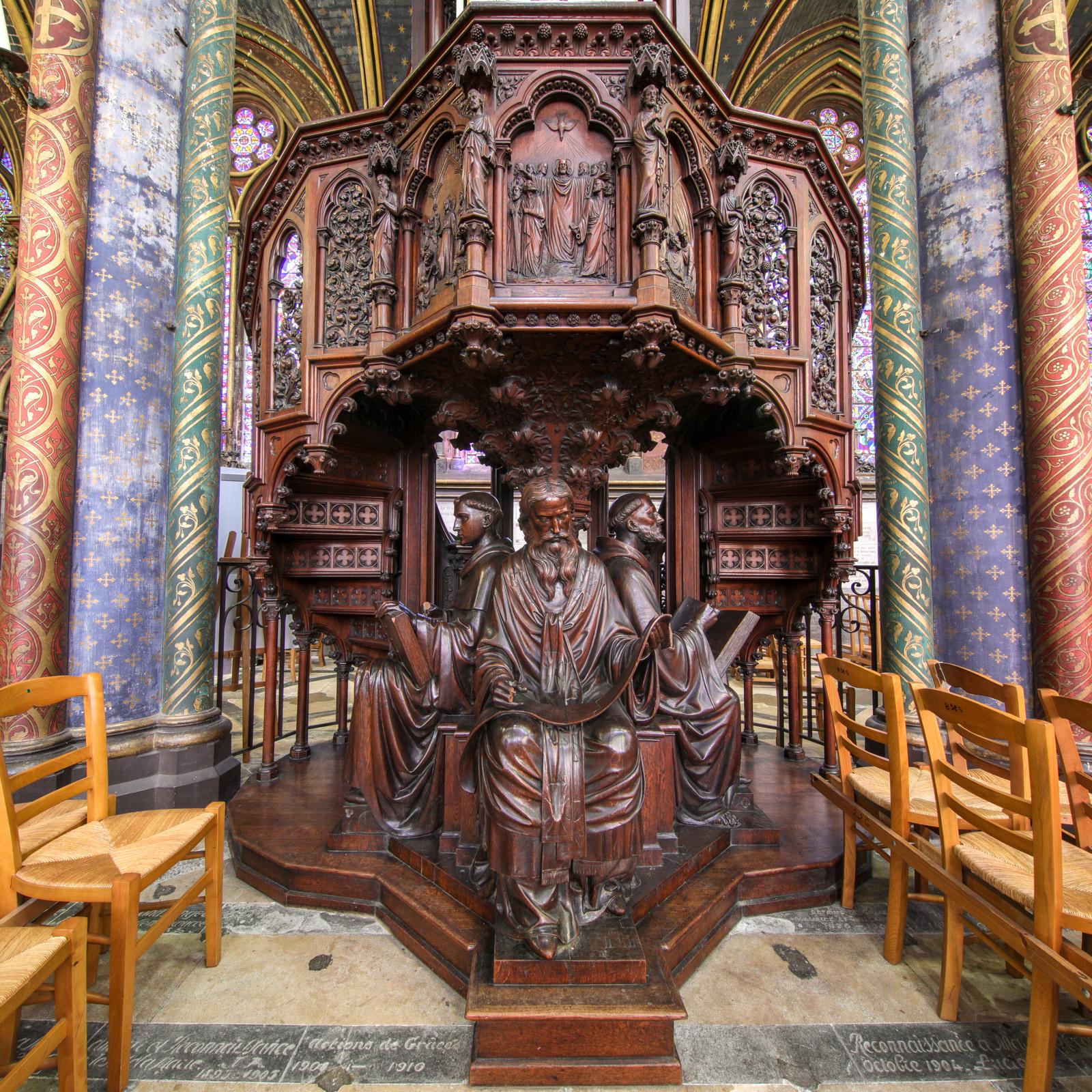 Chaire soutenue par les statues de quatre docteurs de l'Église : saints Irénée, Thomas d'Aquin, Bernard et Hilaire