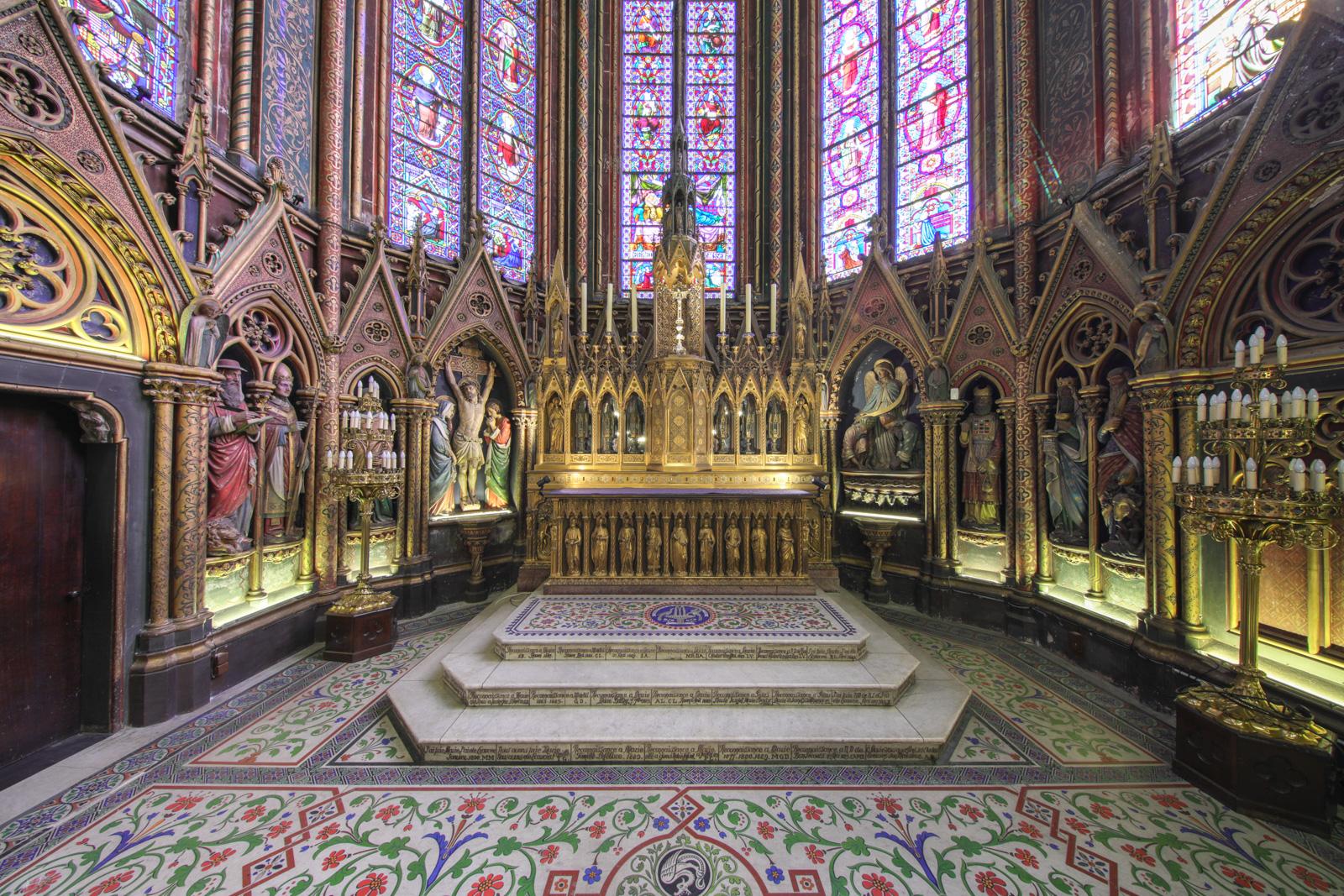 Sanctuaire richement décoré par ses vitraux et ses statues