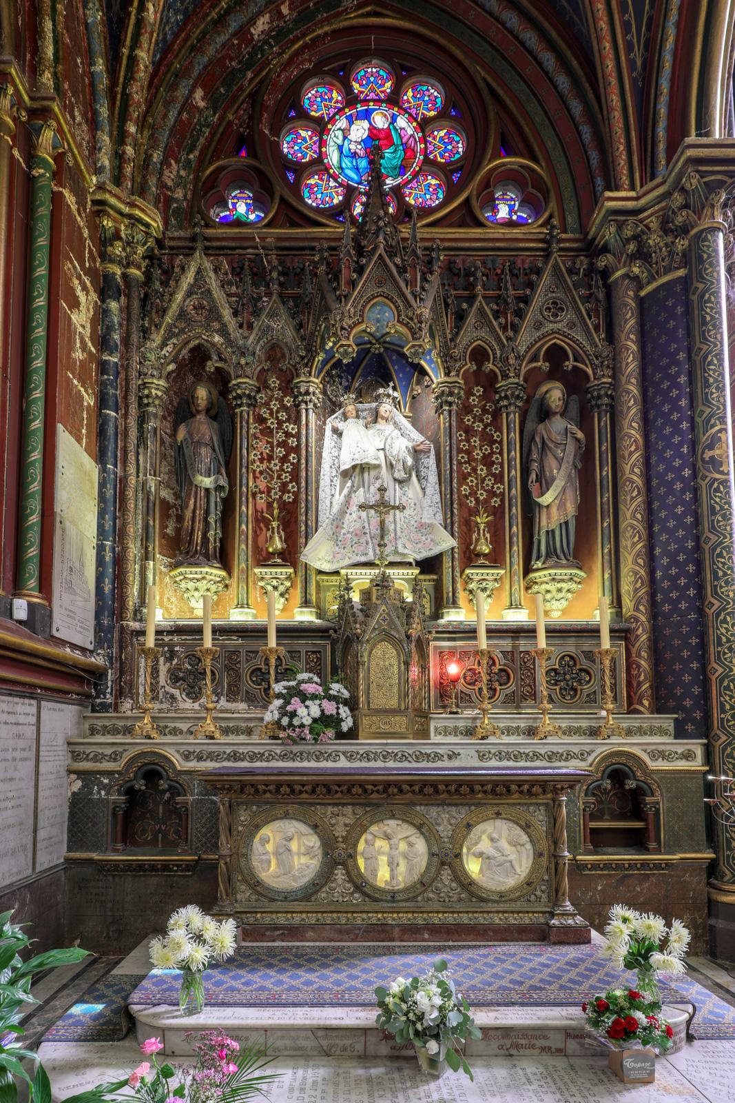 Chapelle dédiée à la vierge, à l'extrémité de la nef latérale nord
