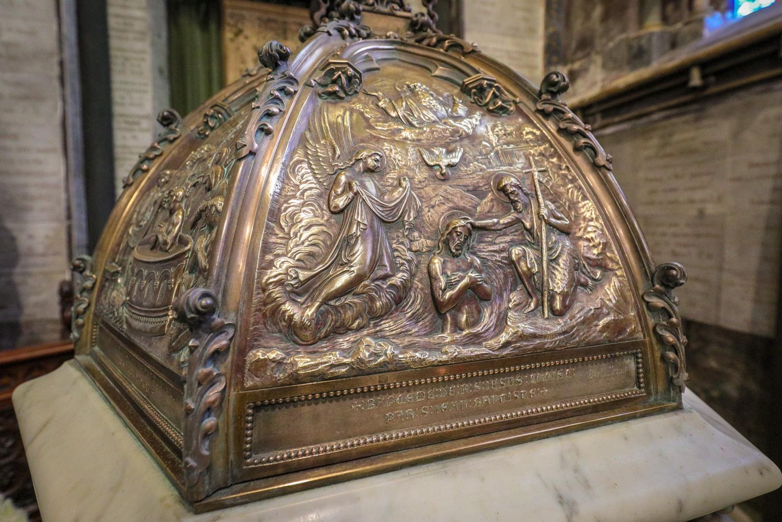 Détail sculpté sur le couvercle du baptistère « Le baptême du Christ »